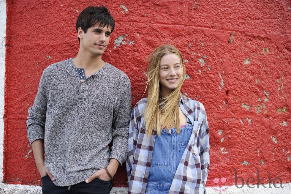 Charlotte Vega y Álex Maruny en 'El club de los incomprendidos'