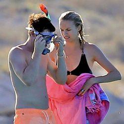 James Blunt y Sofia Wellesley en un barco en Ibiza