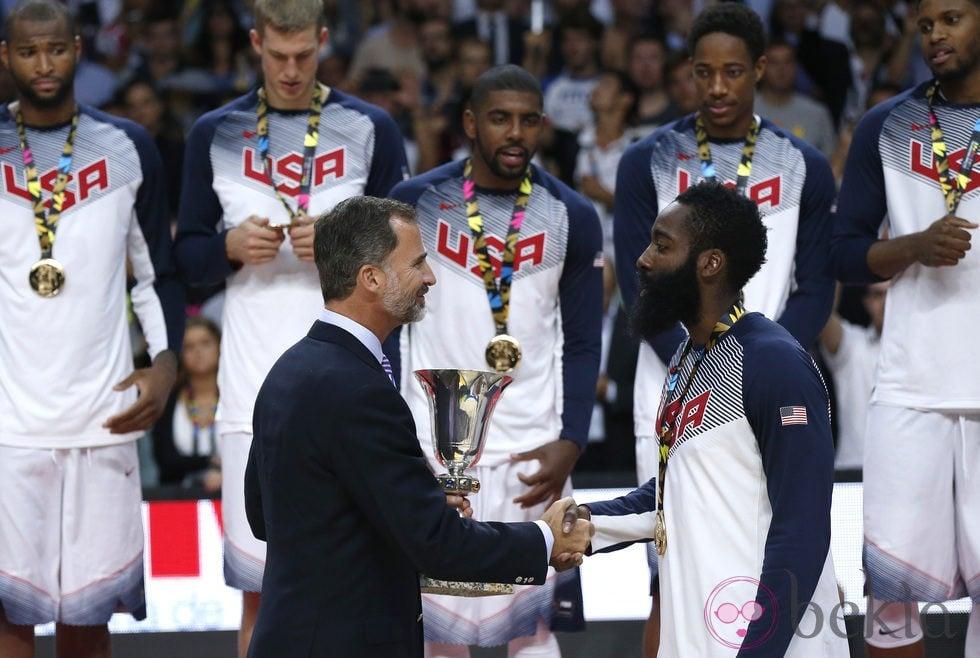 ¿Cuánto mide James Harden? - Real height 63619_rey-felipe-vi-entrega-copa-mundo-baloncesto-james-harden