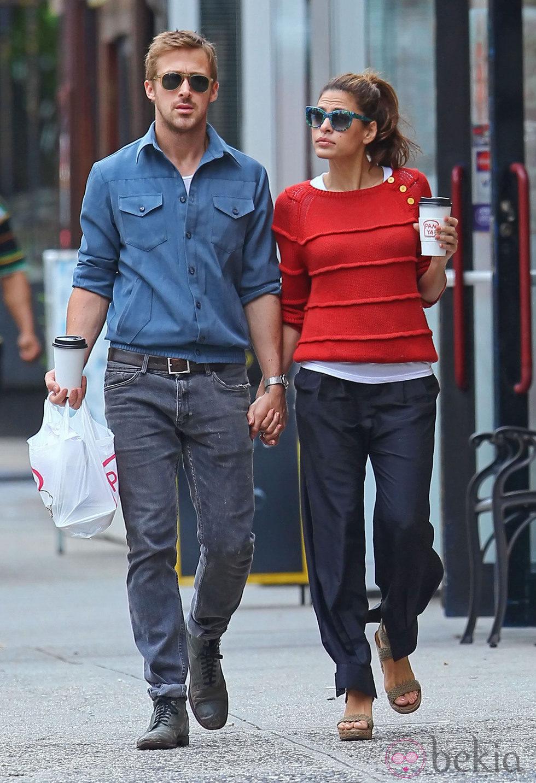 Eva Mendes y Ryan Gosling paseando cogidos de la mano por Nueva York