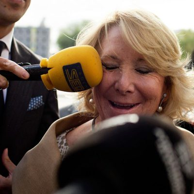Esperanza Aguirre, golpeada con un micrófono a la salida de los Juzgados