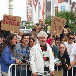 Pedro Almodóvar, felicitado por su 65 cumpleaños a su llegada al Festival de Cine de San Sebastián 2014