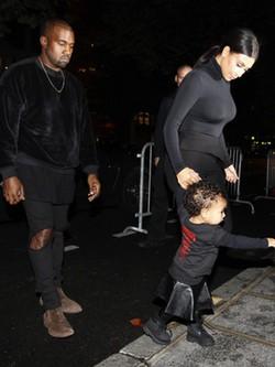Kim Kardashian junto a Kanye West y a North West en la Semana de la Moda de París
