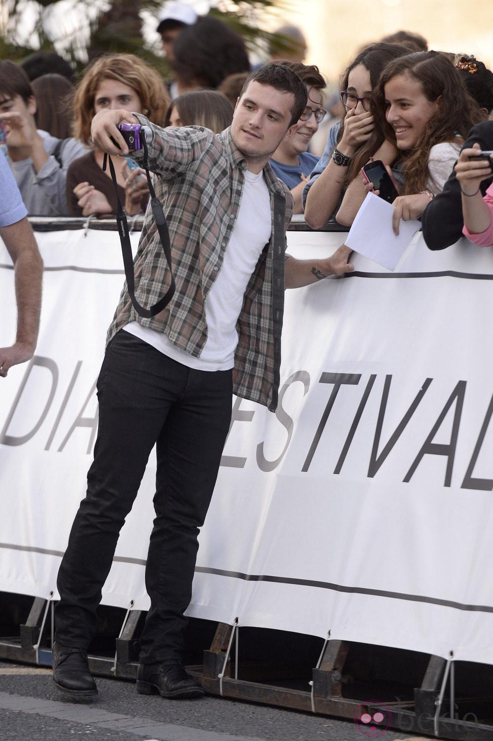 Josh Hutcherson atendiendo a sus fans a su llegada al Festival de San Sebastián 2014