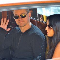 Matt Damon y Luciana Barroso a su llegada a Venecia para acudir a la boda de George Clooney