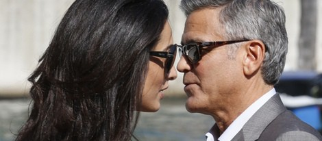George Clooney y Amal Alamuddin, muy acaramelados a su llegada a Venecia para celebrar su boda
