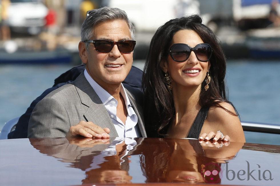 George Clooney y Amal Alamuddin en una lancha horas antes de celebrar su boda en Venecia
