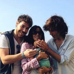 Primera imagen de Raquel del Rosario y su hijo Leo con Juan Luis Suárez y David Feito