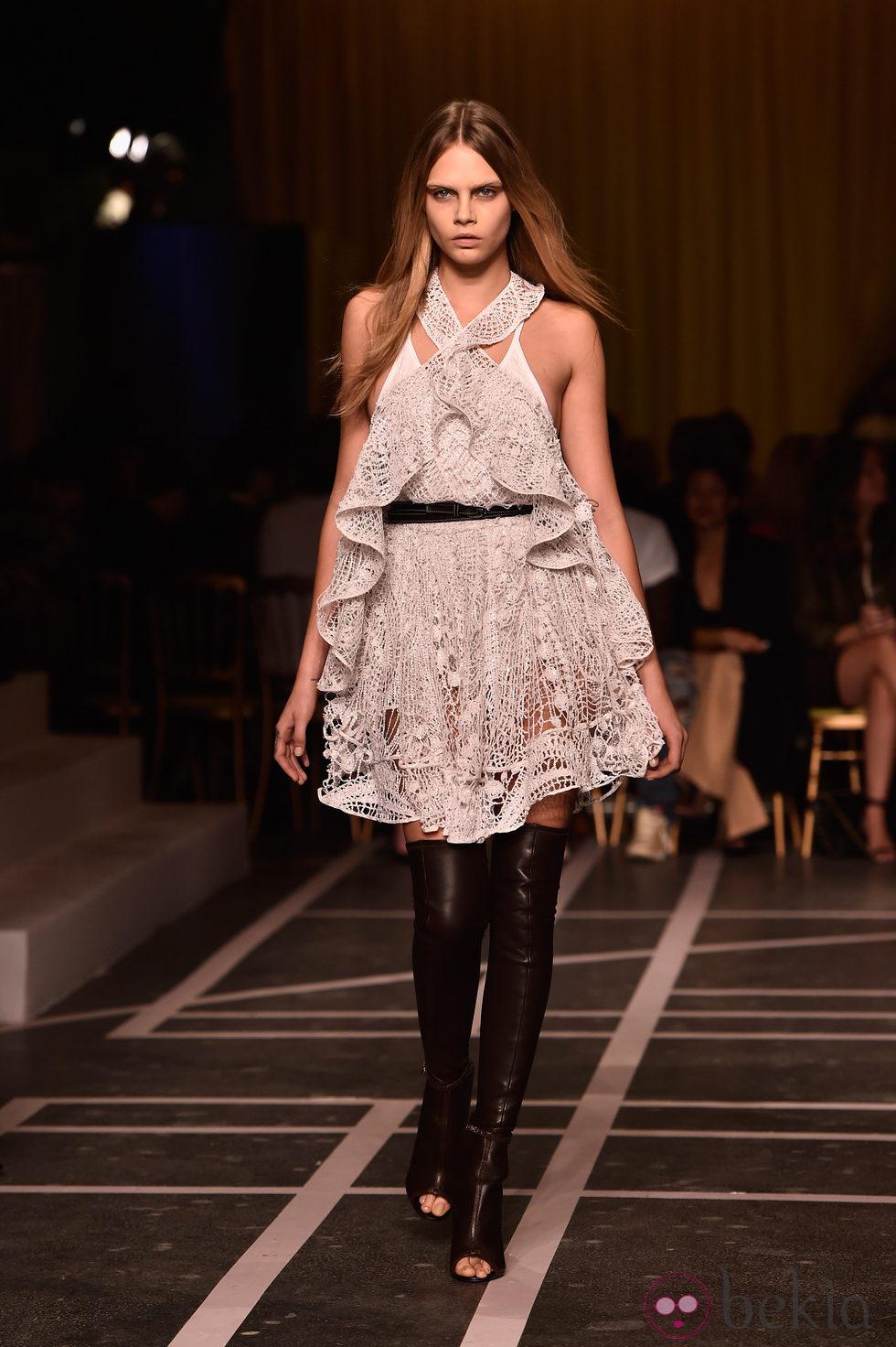 Cara Delevingne desfilando para Givenchy en la Semana de la Moda de París primavera/verano 2015