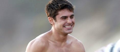 Zac Efron con el torso desnudo en la playa 'El Matador' de Malibú