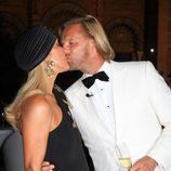Carmen Lomana y Edmond Fokker se besan en los Premios Escaparate de Sevilla