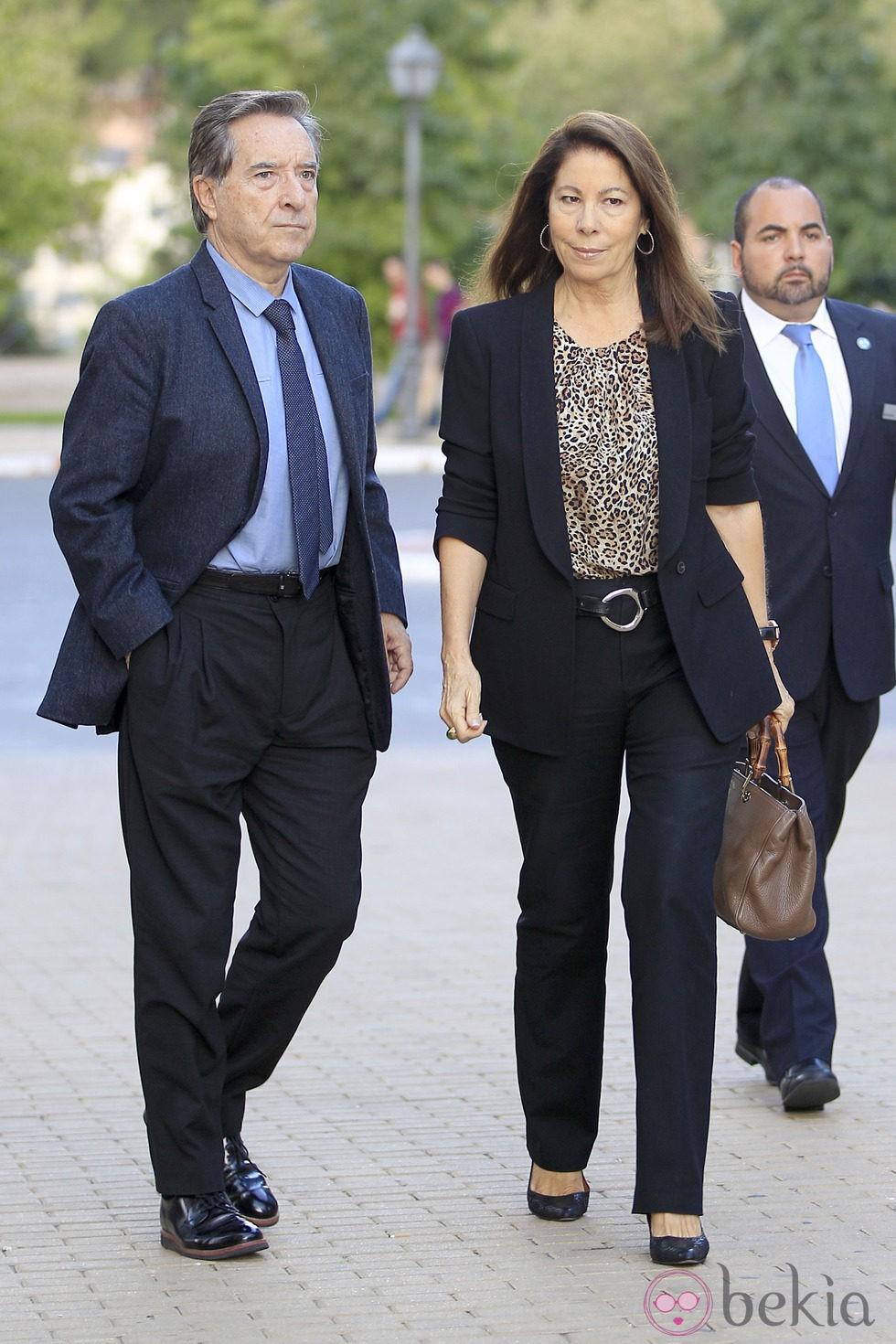 Iñaki Gabilondo y Lola Carretero en el tanatorio de Miguel Boyer