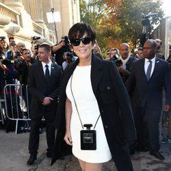 Kris Jenner en el desfile de Chanel en la Semana de la Moda de París primavera/verano 2015