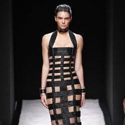 Kendall Jenner desfilando para Balmain en la Semana de la Moda de París primavera/verano 2015