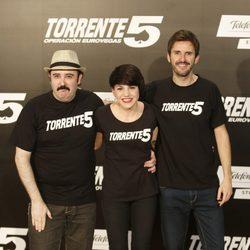 Carlos Areces, Angy y Julián López en el estreno de 'Torrente 5: Operación Eurovegas' en Madrid