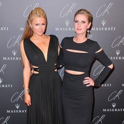 Nicky y Paris Hilton en una fiesta organizada en el marco de la Paris Fashion Week