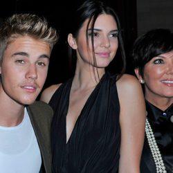 Justin Bieber, Kendall Jenner y Kris Jenner en una fiesta organizada en el marco de la Paris Fashion Week