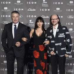 Alec Baldwin, Hilaria Thomas y Santiago Segura en los Premios Icon 2014