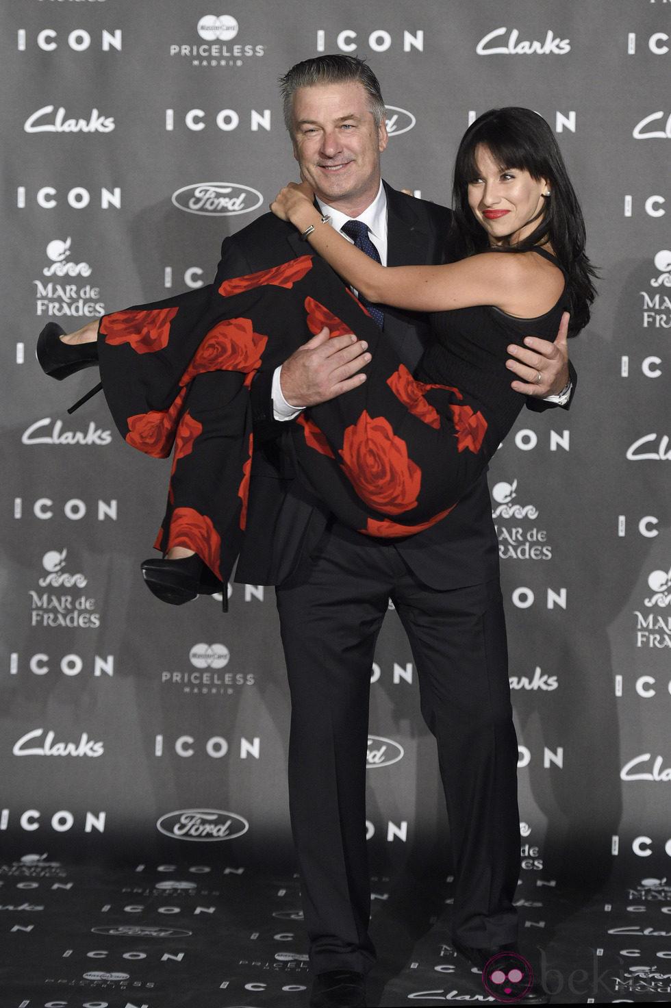 Alec Baldwin y su mujer Hilaria Thomas en los Premios Icon 2014