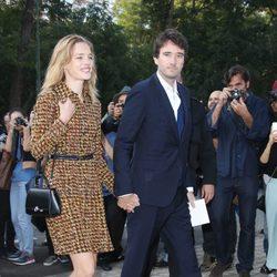 Natalia Vodianova y Antoine Arnault en el desfile de Louis Vuitton en la Semana de la Moda de París primavera/verano 2015