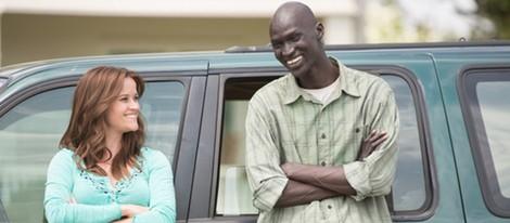 Reese Witherspoon y Ger Duany en una escena de 'La buena mentira'