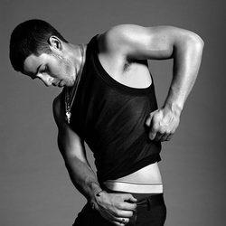 Nick Jonas se levanta la camiseta para Flaunt Magazine
