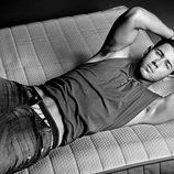 Nick Jonas posa tirado en la cama para la revista Flaunt Magazine