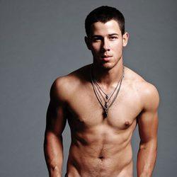 Nick Jonas enseña su torso desnudo para la revista Flaunt Magazine