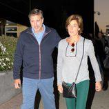 Emilio Aragón y su mujer Aruca saliendo de la capilla ardiente de Pedro Peña