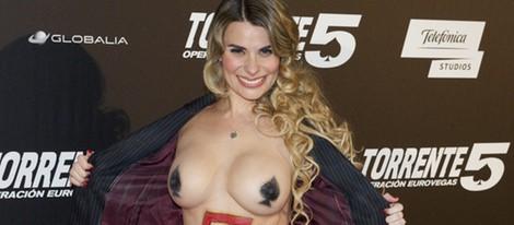 María Lapiedra muestra sus pechos en el estreno de 'Torrente 5: Operación Eurovegas'