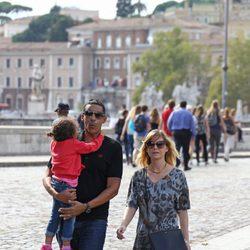 Ellen Pompeo y Chris Ivery con su hija Stella Luna paseando por Roma