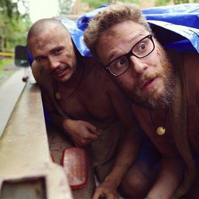 James Franco y Seth Rogen bajo un plástico azul