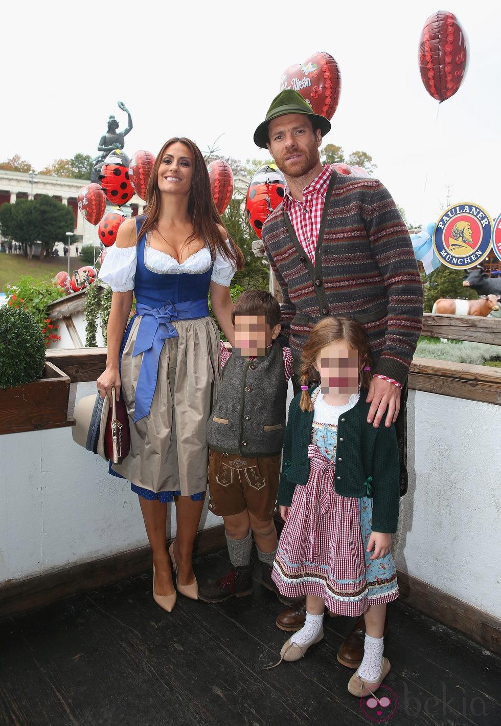 Xabi Alonso y Nagore Aranburu con sus hijos Jon y Ane en la Oktoberfest 2014