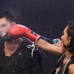 Megan Montaner 'golpea' a Hugo Silva boxeando en 'El Hormiguero'