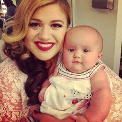 Kelly Clarkson con su hija River Rose en el set de rodaje de uno de sus videoclips