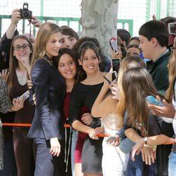 La Reina Letizia se hace selfies con unas chicas en Calahorra
