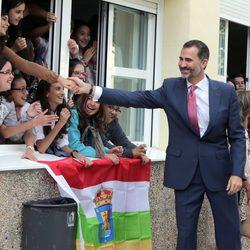 El Rey Felipe saluda a unas niñas en la apertura del Curso de Formación Profesional 2014/2015