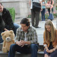 Ted, Mark Wahlberg y Amanda Seyfried en el rodaje de la película 'Ted 2'