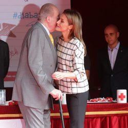 La Reina Letizia besa al Rey Juan Carlos en el Día de la Banderita 2014