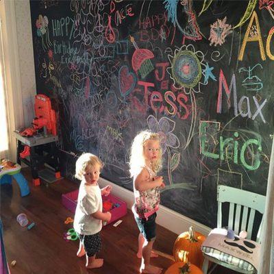 Los hijos de Jessica Simpson pintando en una pizarra