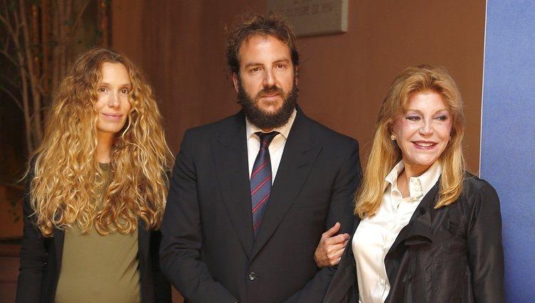 Tita Cervera con Borja Thyssen y Blanca Cuesta en la presentación de las memorias del Barón Thyssen