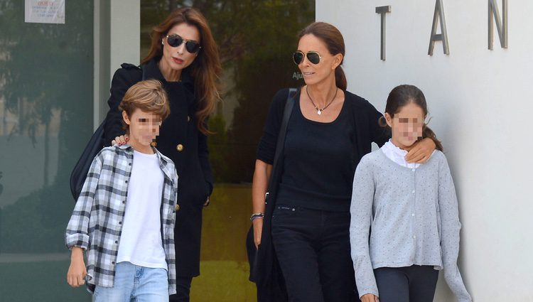 Lydia Bosch con sus hijos y Paloma Cuevas en el tanatorio de su padre