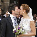 David de María y Lola Escobedo se besan tras su boda
