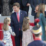 La Princesa Leonor y la Infanta Sofía saludan a las autoridades en su primer Día de la Hispanidad