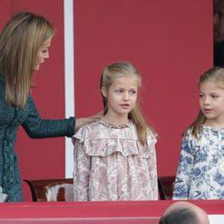 La Reina Letizia, pendiente de la Princesa Leonor y la Infanta Sofía en el Día de la Hispanidad 2014