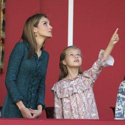 La Princesa Leonor señala al cielo junto a la Reina Letizia en el Día de la Hispanidad 2014