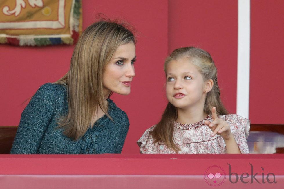 La Princesa Leonor hace una pregunta a la Reina Letizia en el Día de la Hispanidad 2014