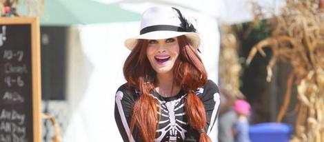 Phoebe Price busca su calabaza para Halloween 2014 disfrazada de esqueleto sexy