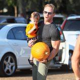 Ian Ziering con su hija en la plantación de calabazadas de Los Angeles