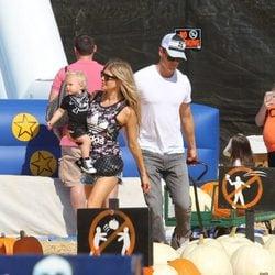 Fergie y Josh Duhamel con su hijo Axl en la plantación de calabazas de Los Angeles